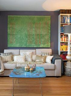Glinsende puter, en ekstravagant gulvlampe, søte palassformede skrin, og den grønne veggkunsten mot det blå bordet, alt dette er referanser til den fjerne østen, og setter et eksotisk preg på stuen.