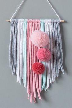 MumKoa | BANDEROLA LOLA SÁHARA Yarn Wall Art, Yarn Wall Hanging, Diy Wall Art, Art Yarn, Crochet Crafts, Yarn Crafts, Diy Arts And Crafts, Diy Crafts, Creation Deco