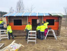 Sitten vain suditaan multa seinään! Punamullan maalaus on helppoa ja sopii hyvin talkoohommaksi. Maali ohennetaan lämmittämällä ei vedellä! #punamulta #maalaus #julkisivumaalaus #rakennusperintö #byggnadsvårdipraktiken #rakennusrestaurointi #artesaani