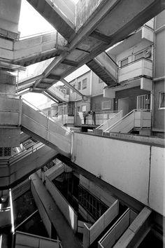 labyrinth of walkways and stairs (Le Vele di Scampia, Napoli) Green Architecture, Futuristic Architecture, Classical Architecture, Architecture Photo, Social Housing Architecture, Computer Architecture, Revit Architecture, Chinese Architecture, City Aesthetic