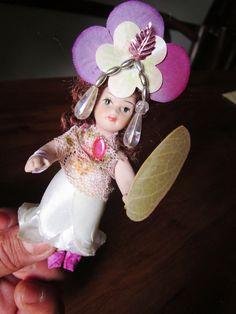 mini boneca vestida de flor