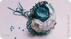 Здравствуйте, дорогие жители и гости Страны Мастеров! Лето - пора свадеб. И я хочу поделиться с вами идеей, как сделать оригинальный букет-трансформер для невесты с помощью резинок для волос. Но для начала — небольшое предисловие. Споры о том, какой букет должен быть у невесты — из настоящих цветов или искусственных — ведутся на всевозможных свадебных форумах давно и не видно  им конца и края. Сторонники на обеих сторонах приводят кучу доводов, и каждая сторона права по своему.  Я же на все…