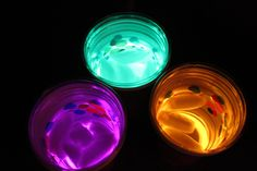 Glow in the dark party idea. the glow sticks aren't actually in the beverage. They are resting at the bottom of one cup, with a clear plastic cup on top where the drink goes. 20 more Cool Glow Stick Ideas Glow Stick Crafts, Glow Stick Party, Glow Sticks, Glow Crafts, Sleepover Party, Slumber Parties, Birthday Parties, Night Parties, Teen Parties