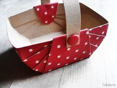 Diy Paper basket how to tutorial Diy Gift Box, Diy Gifts, Gift Boxes, Papier Diy, Festa Party, Diy Cardboard, Fabric Gifts, Paper Basket, Craft Box