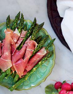 Färskgrillad sparris är bland det godaste som finns! Toppa med några skivor serranoskinka. Fresh Rolls, Starters, Tuna, Asparagus, Grilling, Fish, Snacks, Meat, Vegetables