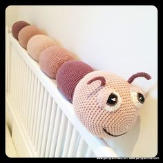 Det er en hugorm, nej et tusindben – nej, det er Larven Laila! Crochet Baby Toys, Crochet For Kids, Baby Knitting, Amigurumi Animals, Crochet Animals, Crochet Books, Crochet Yarn, Knitting Patterns, Crochet Patterns