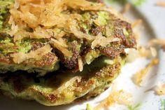 low histamine veggie burgers from juicing leftovers. to lower oxalates, use dino kale instead of curly. Healthy Cooking, Healthy Eating, Healthy Mind, Healthy Foods, High Histamine Foods, Paleo Recipes, Cooking Recipes, Veggie Burgers, Healthy Alternatives