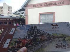 Quer conhecer um pouquinho do Vale dos Vinhedos no Rio Grande do Sul??? Então não deixe de fazer um passeio no trem Maria Fumaça.... é maravilhoso!!! Não perca série que estamos fazendo sobre a serra gaúcha. Tem muita dica bacana por lá!!! http://ift.tt/20PTRZ6  #mundoafora #dedmundoafora  #travel #viagem #tour #tur #trip #travelblogger #travelblog #braziliantravelblog #blogdeviagem #rbbviagem #tripadvisor #trippics #instatravel #instagood #blogueirorbbv  #amazing #ap #rs  #riograndedosul…