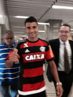 """""""Muito feliz"""", Ederson desembarca no Rio para a apresentação oficial no Fla #globoesporte"""