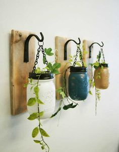 Com 3 potes velhos, basta passar uma tinta e fazer um pequeno jardim suspenso, vai muito bem na entrada da casa, mas pode ser usada em qualquer lugar da casa. Veja como essa decoração é extremamente simples mas muito bonita.