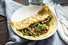 Wrap van omelet met sperziebonen, prei en champignons