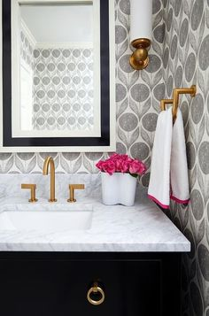Ideas Bathroom Wallpaper Accent Wall Half Baths Powder Rooms For 2019 Wallpaper Inspiration, Bad Inspiration, Bathroom Inspiration, Wallpaper Ideas, Trendy Wallpaper, Black Wallpaper, Wall Wallpaper, Mirror Inspiration, Wallpaper Borders