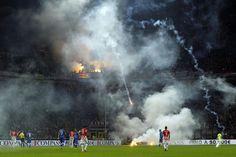 Rauchschwaden: Das EM-Qualifikationsspiel Italien gegen Kroatien musste am Sonntagabend wegen Ausschreitungen für zehn Minuten unterbrochen werden. Fans der Gästemannschaft hatten Feuerwerkskörper auf den Rasen geworfen. Das Spiel endete 1:1. Mehr Bilder des Tages auf: http://www.nachrichten.at/nachrichten/bilder_des_tages/ (Bild: Reuters)