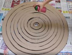 Beautiful cardboard Christmas tree very easy - Oscar Wallin Cardboard Christmas Tree, Cool Christmas Trees, Simple Christmas, Xmas Tree, Christmas Holidays, Christmas Ornaments, Spiral Christmas Tree, Office Christmas Decorations, Christmas Projects