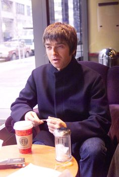 Oasis: Noel having coffee Gene Gallagher, Lennon Gallagher, Liam And Noel, Definitely Maybe, Britpop, Just Believe, Playing Guitar, Cool Bands, Musica