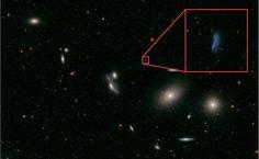 BERÇÁRIO DE ESTRELAS - Astrônomos da Universidade Federal do RJ afirmam que, mesmo sendo pequenas, as galáxias anãs têm um papel importante no cosmo como formadoras de estrelas. Apesar de ter menos de um bilhão de estrelas, enquanto galáxias como a Via Láctea têm 100 bilhões, cientistas descobriram que as galáxias anãs são os principais berçários estelares. Os pesquisadores detectaram um gás associado à formação estelar no aglomerado de Virgem (em vermelho na imagem) e provaram que como a…