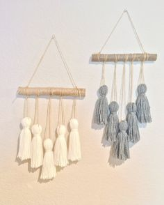 Mobile pompom made of 5 large white or gray pompoms, hanging on a branch 10 natural wood. Diy Crafts Hacks, Diy Home Crafts, Diy Arts And Crafts, Diy Home Decor Easy, Diy Room Decor, Homemade Wall Decorations, Handmade Home Decor, Easy Diy, Yarn Wall Art