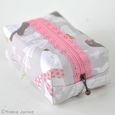 """FREE SIY pattern & tutorial for the """"Boxy Lace Zipper Pouch"""" from TorieJayne.com"""