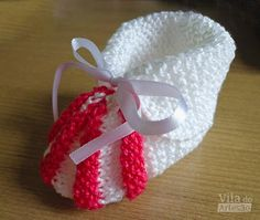 Detalhe do sapatinho Baby Booties Knitting Pattern, Knitted Booties, Knitting Patterns, Crochet Baby, Knit Crochet, True Love, Diy And Crafts, Baby Shoes, Baby Boy
