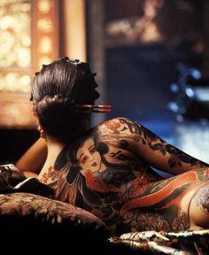 芸者のタトゥー。Hulu(フールー)には極妻とかヤクザ系の作品あったなー、と思い出す。