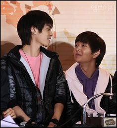 how they look at each other our boys Shinee Five, Shinee Jonghyun, The Shining, Asian Men, Beautiful Boys, Singing, Memories, In This Moment, Kpop