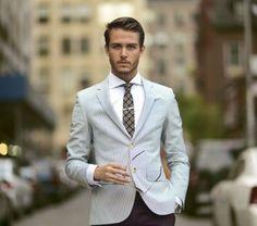 Eigenlijk heeft elke beetje modebewuste man wel een pak in de kast hangen. Zwart, donkerblauw? Niet de meest ideale kleur voor een.. lees verder op thevow.nl! #trouwen #groom #outfit #gast #zomer