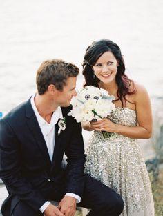 Lapela do noivo com a mesma flor de destaque no buquê. Chique!