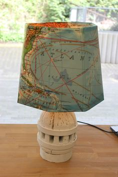Eine Lampe aus einer alten Landkarte.