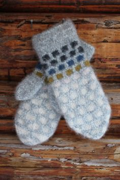Perlemorvotten - Lilly is Love Mitten Gloves, Sweater Knitting Patterns, Hand Knitting, Christmas Bazaar Ideas, Felt Hearts, Hand Warmers, Knitting Projects, Knit Crochet, Runes