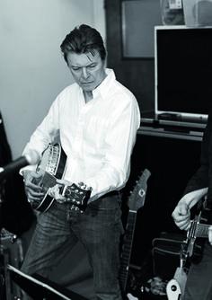 David Bowie with a banjo.   Ziggy Banjo-dust - cool.