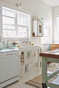 Shabby chic usually means white, whitewashed and pastel or vintage floral motifs. We have a bunch of sweet shabby chic kitchen decor ideas to inspire you. Retro Home Decor, Farmhouse Sink Kitchen, Shabby Chic Kitchen Decor, Chic Kitchen Decor, Kitchen Makeover, Vintage Kitchen, Trendy Kitchen, Home Kitchens, Rustic Kitchen