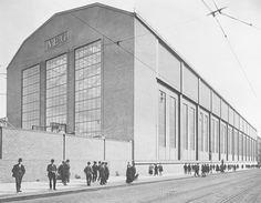 Peter Behrens AEG Turbine Factory Assembly Hall in Berlin Walter Gropius, Industrial Architecture, Modern Architecture, Bauhaus Architecture, Historic Architecture, Amazing Architecture, Le Corbusier, Norman Foster, Bad Bramstedt