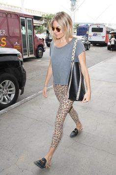 Sienna Miller Lookbook: Sienna Miller wearing T-Shirt (7 of 7). Sienna Miller kept it relaxed in a loose gray T-shirt while catching a flight.