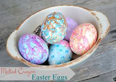 Cute Easter Egg Decorating Idea for Kids // DIY Melted Crayon Easter Eggs Easter Egg Dye, Easter Egg Crafts, Coloring Easter Eggs, Egg Coloring, Easter Art, Coloring Books, Broken Crayons, Wax Crayons, Easter Egg Designs