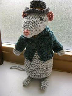 Christmas Mouse, free pattern in Dutch by Owly Crochet Mouse, Crochet Amigurumi, Love Crochet, Knit Crochet, Crochet Baby, Kids Knitting Patterns, Baby Knitting, Crochet Patterns, Crochet Ideas