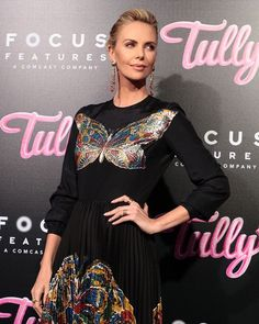 """Charlize Theron says she gained 50 pounds for 'Tully' movie. Charlize Theron says she gained """"close to 50 pounds"""" for her film """"Tully. Old Actress, American Actress, Charlize Theron Style, Ootd Fashion, Fashion Outfits, Celebs, Celebrities, How To Look Classy, Classy Women"""