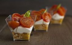Finger food tricolori: bicchierini con taralli, burrata e pomodorini confit. Tricolor finger food: glasses with taralli, burrata and confit cherry tomatoes. Antipasto, Party Finger Foods, Finger Food Appetizers, Appetizer Recipes, Easy Cooking, Cooking Time, Gourmet Recipes, Sweet Recipes, Fingers Food