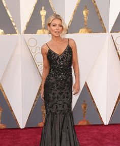 Oscars 2016 Red Carpet: Kelly Ripa in a Black Sequin Mermaid Gown