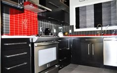 Le rouge de la céramique du dosseret ajoute dynamisme et luminosité au nouveau décor Kitchen Cabinets, Kitchen Appliances, Wall Oven, Architecture, Decoration, Backsplash, Recherche Google, Home Decor, Bespoke Furniture