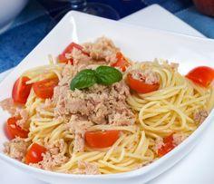 Spaghetti al pomodoro e tonno in scatola...Spaghetti with tomato sauce and…