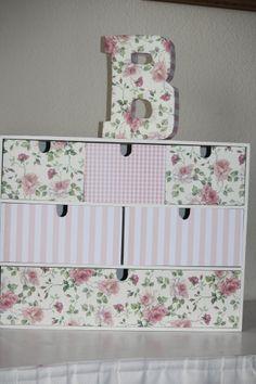 Caja de madera y letra de cartón forradas de papel