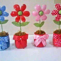 Water bottle flowers for Mum day Water Bottle Crafts, Plastic Bottle Flowers, Plastic Bottle Crafts, Diy Bottle, Plastic Bottles, Kids Crafts, Easter Crafts, Diy And Crafts, Plastic Spoon Crafts