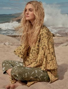Top model Caroline Trentini lands the September 2017 cover of Marie Claire Brazil. Captured by husband Fabio Bartelt, the blonde stunner wears a red Valentino dress in one image. And the other shows her in a white coat also from the Italian label. Stylist Larissa Lucchese makes sure Caroline looks beach ready for the accompanying...[Read More]