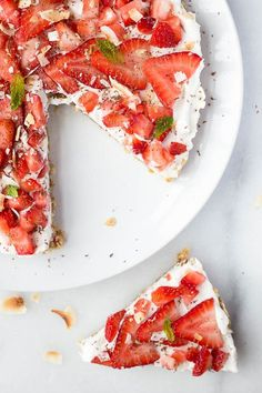 Vegan Strawberry Coconut Cream Pie: A completely raw, gluten free, and vegan summer dessert that's sure to impress! It requires less than 10 healthy ingredients! || fooduzzi.com recipe