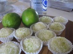brigadeiro-de-caipirinha - 1 lata ou caixinha de leite condensado - 1 colher de sopa cheia de manteiga com sal - 50 ml de cacha?o - 1 colher de sopa de suco de lim?o (da fruta mesmo) - Forminhas de brigadeiro Vodka, Easy Sweets, Star Cakes, Good Food, Yummy Food, Fat Foods, Candy Recipes, Kitchen Recipes, Drinking Tea