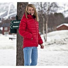 Glitterheim dunjakke i ISO-DUN 9010! er en lett og godt isolerende dunjakke til kjølige høstdager. Da jakken fremstår som tynn, er den også godt egnet som mellomlag under skalljakken på ekstra kalde vinterdager. En jakke til flere bruksområder. Winter Jackets, Coat, Women, Fashion, Winter Coats, Moda, Winter Vest Outfits, Fashion Styles, Fashion Illustrations