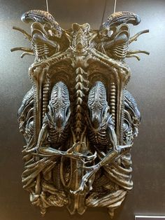 This Xenomorph wall sculpture from Aliens by Prime 1 Studio looks great ! Giger Art, Hr Giger, Giger Tattoo, Giger Alien, Predator Alien, Alien Tattoo, Alien Concept, Aliens Movie, Alien Worlds
