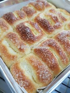 Recently, this bread is very popular in a baking group. Alot of people who had tried commented the bread is very soft and method used is st. Bakery Recipes, Bread Recipes, Dessert Recipes, Cooking Recipes, Homemade Breadsticks, Homemade Rolls, Baking Buns, Bread Baking, Bread Bun