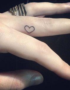 Tatouage doigt amour - Des tatouages jusqu'au bout des doigts - Elle