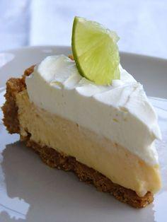 Olimme eilen häissä ja siellä tarjoiltiin Key lime pieta jälkiruoaksi. Se kakku ei ollut ihan tässä muodossa, vaan siinä oli vihreä paksu... Baking Recipes, Cake Recipes, Dessert Recipes, Dessert Ideas, Sweet Desserts, Sweet Recipes, Key Lime Cake, Pastry Cake, Sweet Cakes